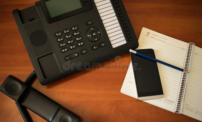 Lavoro da tavolino di affari con il telefono immagine stock libera da diritti