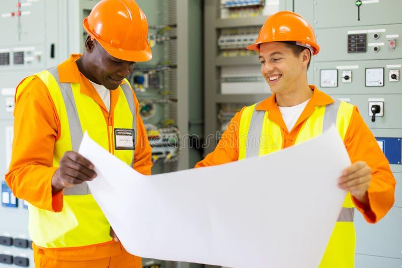 Lavoro degli ingegneri industriali immagini stock libere da diritti