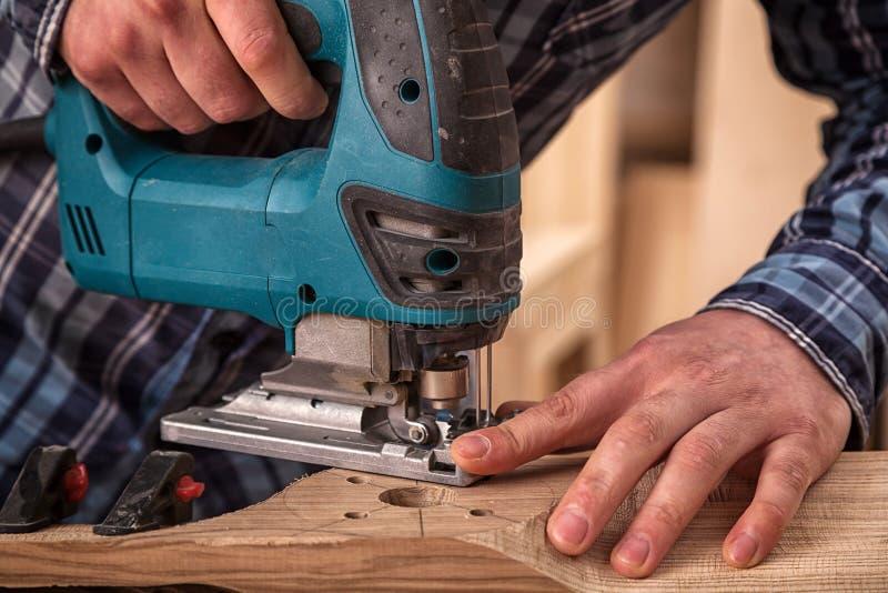 Lavoro del carpentiere con di legno immagini stock