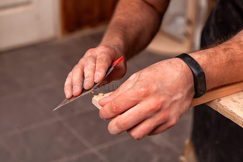 Lavoro del carpentiere in officina immagine stock libera da diritti