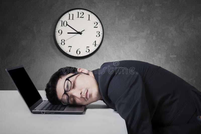 Lavoro del responsabile fuori orario e sonno sul computer portatile fotografie stock