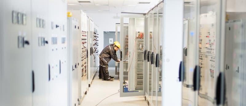 Lavoro dell'ingegnere di manutenzione due sul sistema di protezione del relè immagini stock libere da diritti