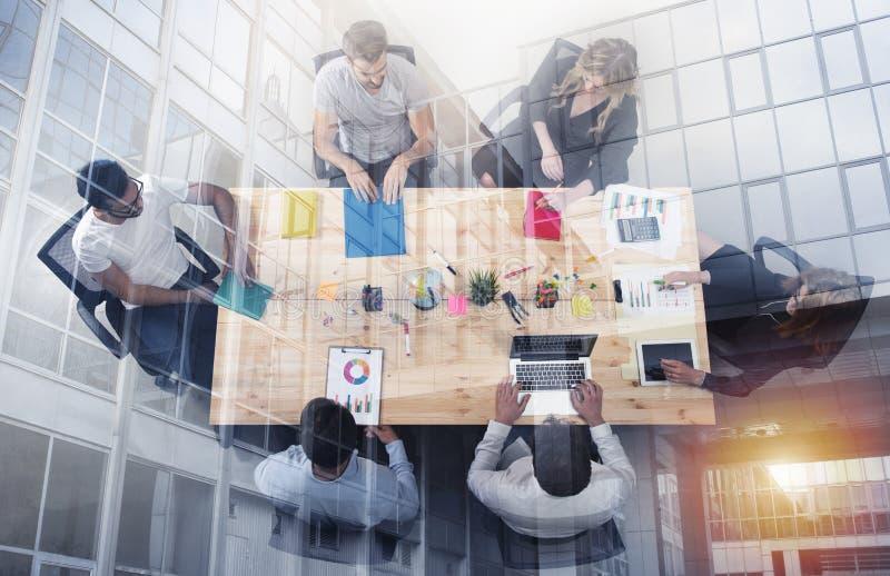 Lavoro dell'uomo d'affari insieme in ufficio concetto di lavoro di squadra, dell'associazione di affari e della partenza Doppia e fotografia stock