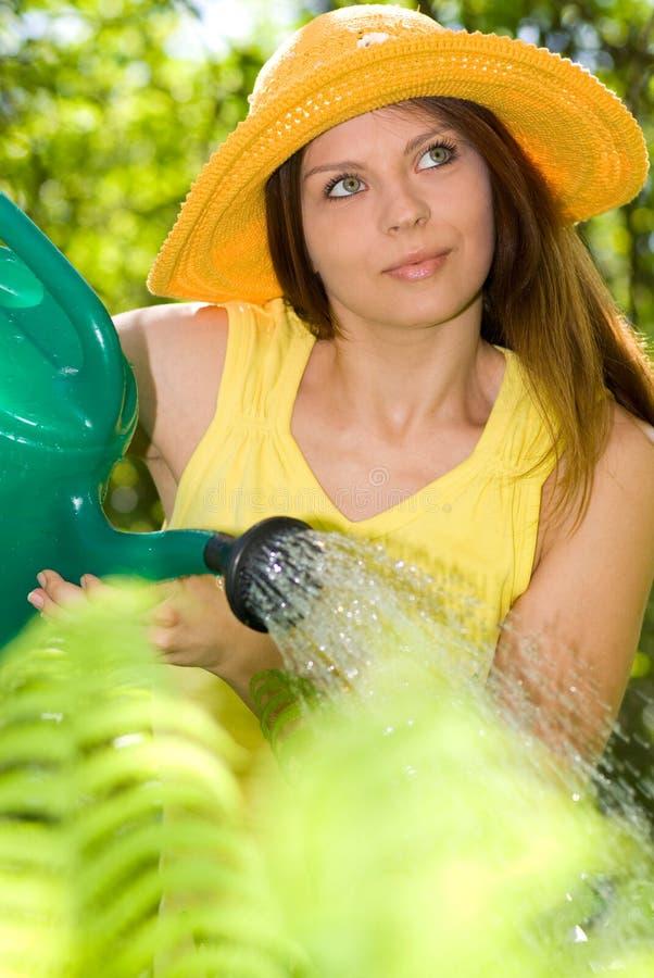 Lavoro della donna nel suo giardino immagini stock
