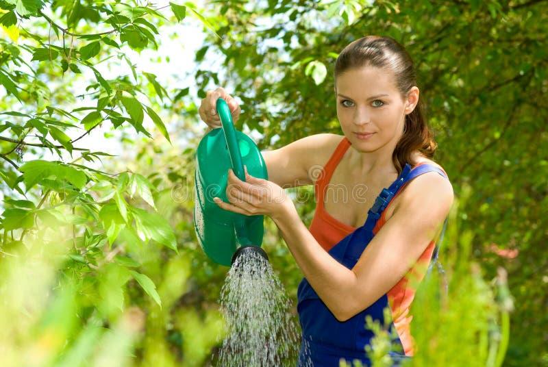 Lavoro della donna nel suo giardino fotografia stock