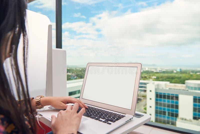 Lavoro della donna sul computer portatile fotografia stock libera da diritti