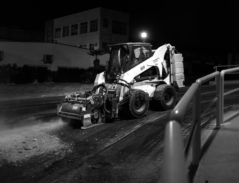 Lavoro della fresatrice dell'asfalto immagini stock