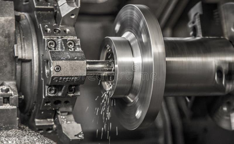 Lavoro della macchina del tornio di industria immagine stock