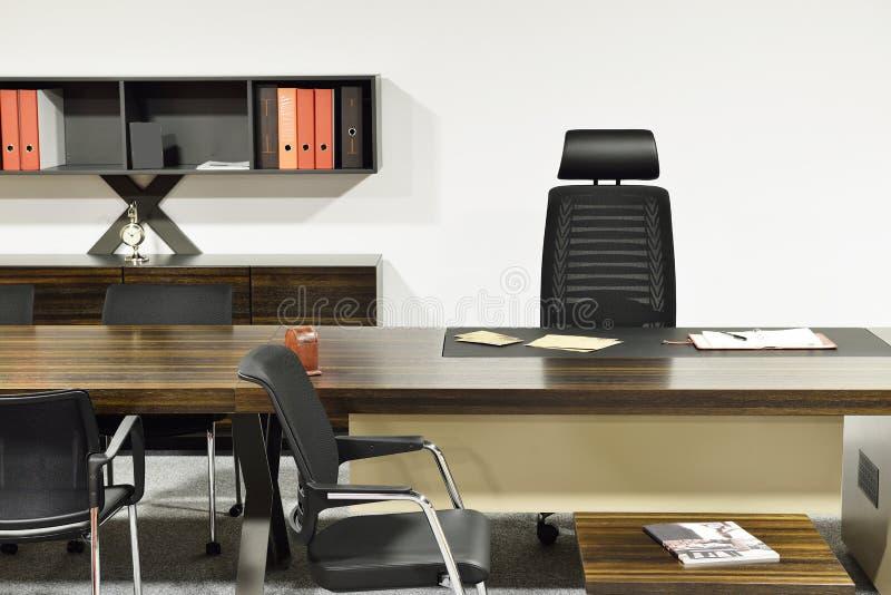 Lavoro della Tabella nella stanza vuota dell'ufficio immagini stock libere da diritti