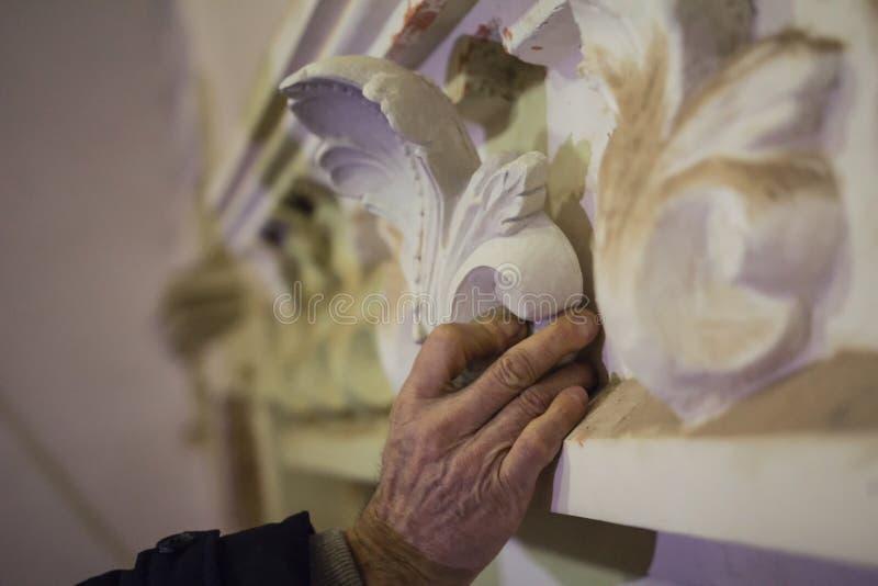 Lavoro di conservazione - ripristino dello stucco di arte sulla parete della costruzione fotografia stock libera da diritti