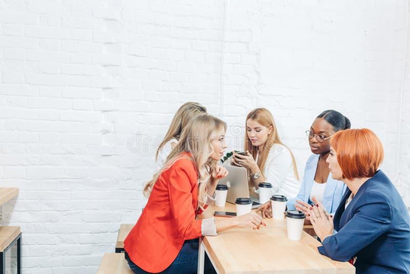 Lavoro di gruppo delle donne e concetto di successo di team-building immagini stock libere da diritti