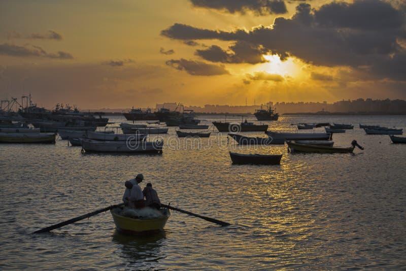 Lavoro di mattina dei pescatori fotografie stock