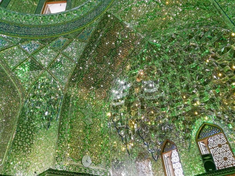 Lavoro di mosaico interno persiano dello specchio del santuario e del mausoleo dello scià-e-Cheragh fotografie stock