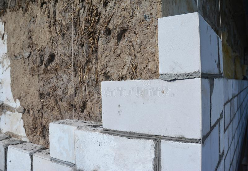 Lavoro di muratura, muratura Lavoro di muratura sul cantiere della Camera dai mattoni bianchi immagine stock