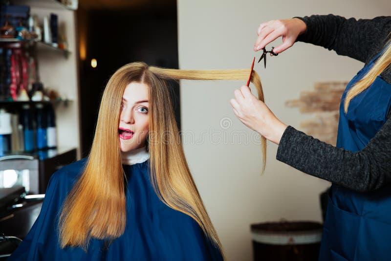 Lavoro di parrucchiere con le forbici ed il pettine immagine stock