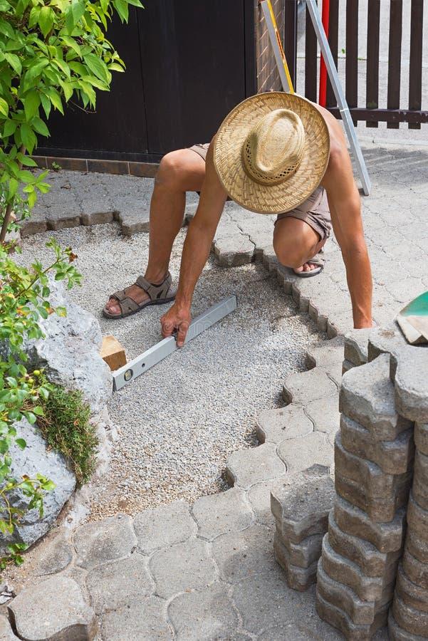 Lavoro di riparazione della pavimentazione all'aperto immagini stock libere da diritti