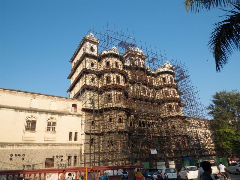 Lavoro di ripristino sul palazzo di Rajabda dell'Indore-India immagini stock