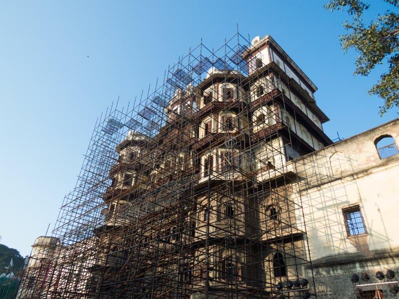 Lavoro di ripristino sul palazzo di Rajabda dell'Indore-India immagine stock