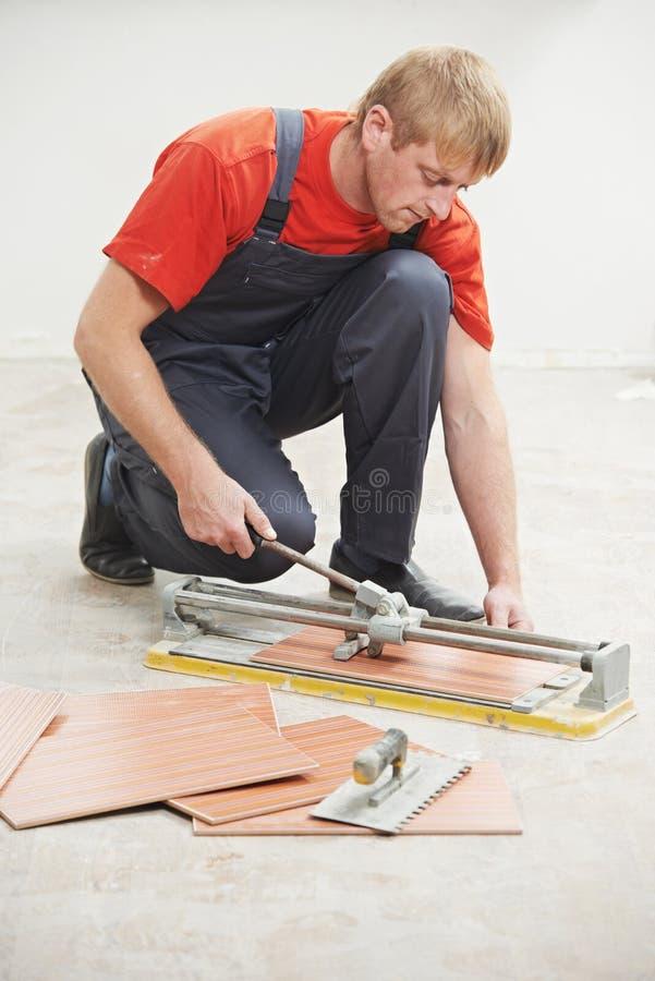 Lavoro di ristrutturazione delle mattonelle di taglio del piastrellista a casa fotografie stock