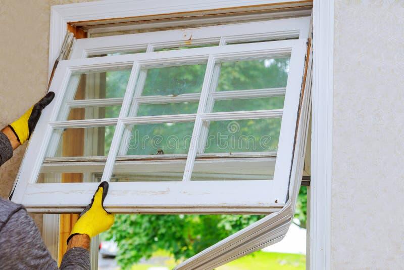 Lavoro di ristrutturazione in una vecchia casa e nelle finestre di sostituzione fotografia stock