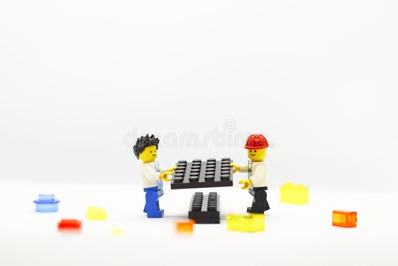 Lavoro di squadra che è rappresentato guidando i caratteri Lego del blocco fotografia stock libera da diritti