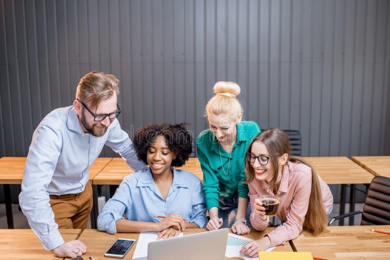 Lavoro di squadra con il computer portatile fotografie stock
