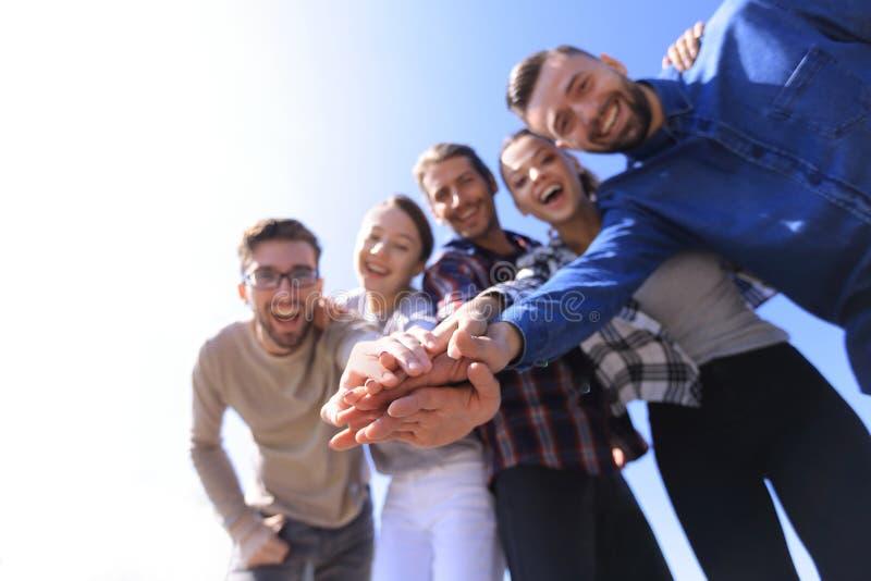 Lavoro di squadra degli studenti di college che impila concetto della mano fotografia stock libera da diritti