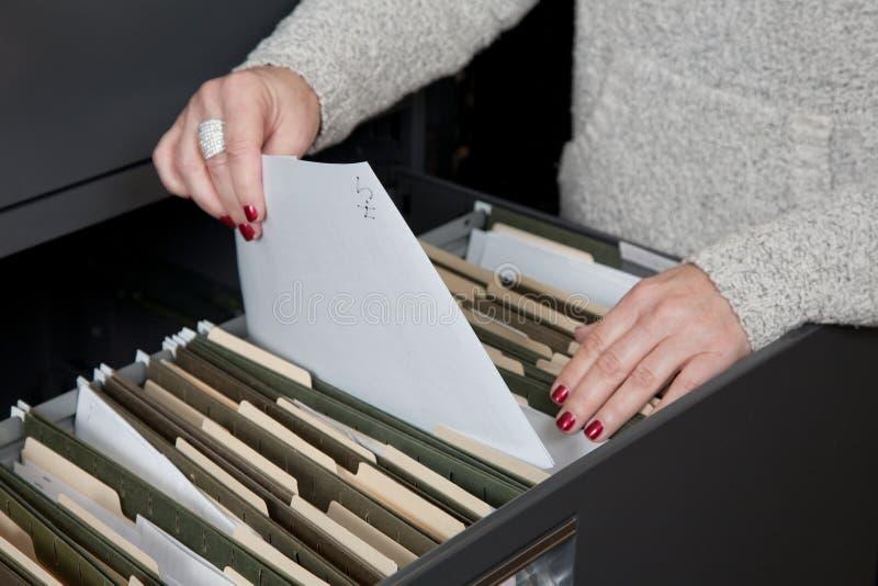 Lavoro di ufficio dell'archivario fotografia stock libera da diritti