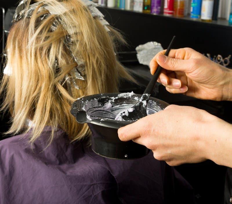 Lavoro di uno stilista di capelli professionista, candeggiante dei capelli immagini stock libere da diritti