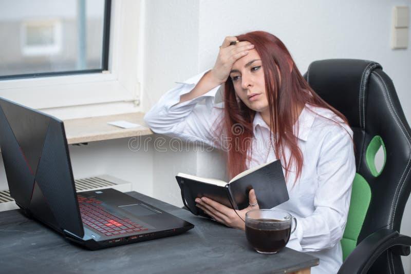 Lavoro duro, donna sollecitata, piccola impresa fotografia stock libera da diritti