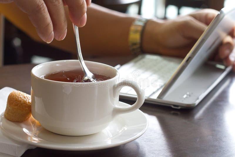 Lavoro e una tazza di tè fotografia stock