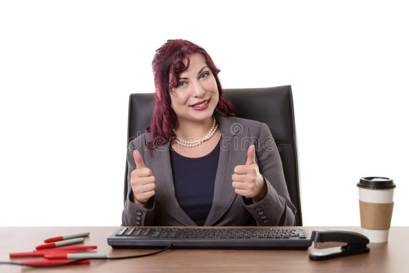 Lavoro felice duro nell'ufficio immagine stock