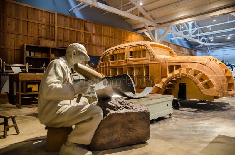 Lavoro giapponese del lavoratore (manichino) sul prototipo del modello di Toyota aa immagini stock libere da diritti