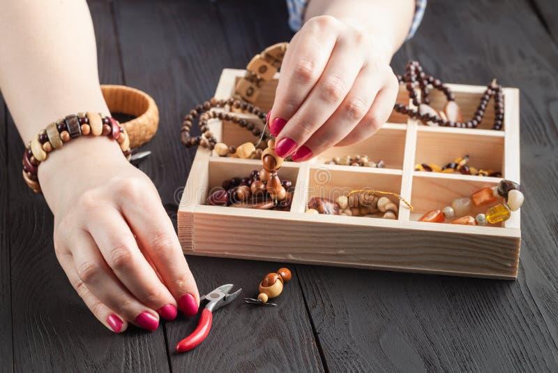 Lavoro indipendente di progettazione fatta a mano di processo della donna a casa fare gli orecchini degli accessori, ornamenti immagine stock libera da diritti