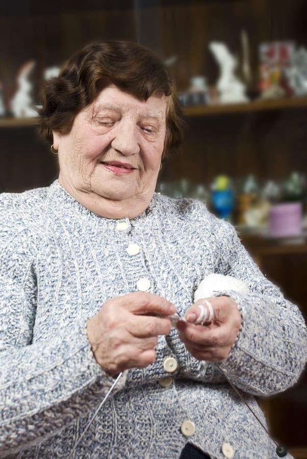 Lavoro a maglia della nonna immagini stock