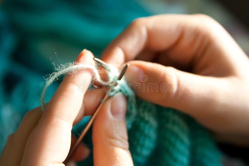Lavoro a maglia delle mani fotografia stock libera da diritti