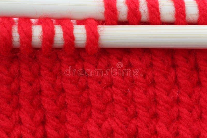 Lavoro a maglia rosso fotografie stock