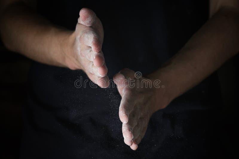 Lavoro manuale adulto dell'uomo con farina fotografie stock