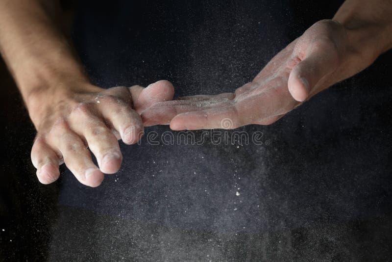 Lavoro manuale adulto dell'uomo con farina immagini stock