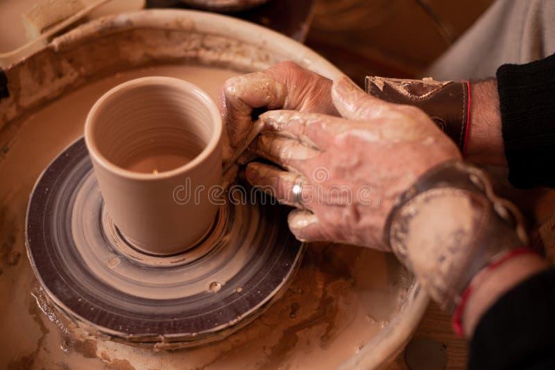 Lavoro manuale del vasaio con argilla fotografia stock
