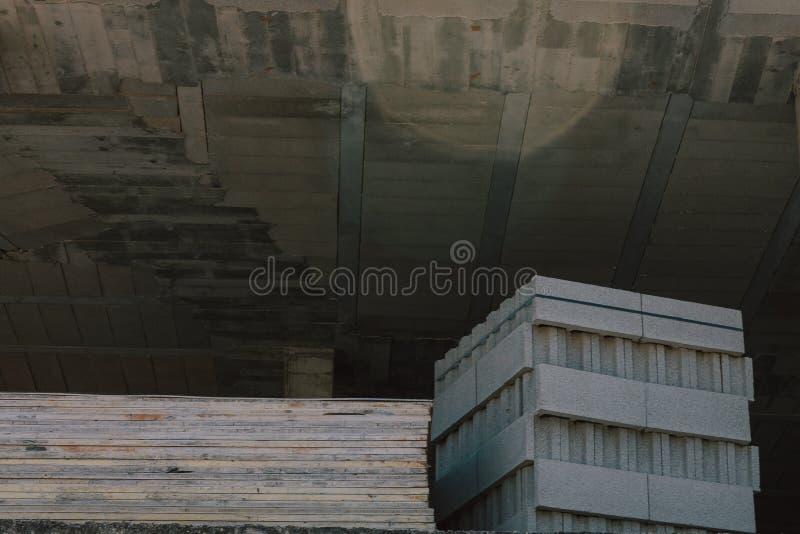 Lavoro nella costruzione completa Costruzione nel processo di crescita Lo spazio ha permesso a per costruzione immagini stock