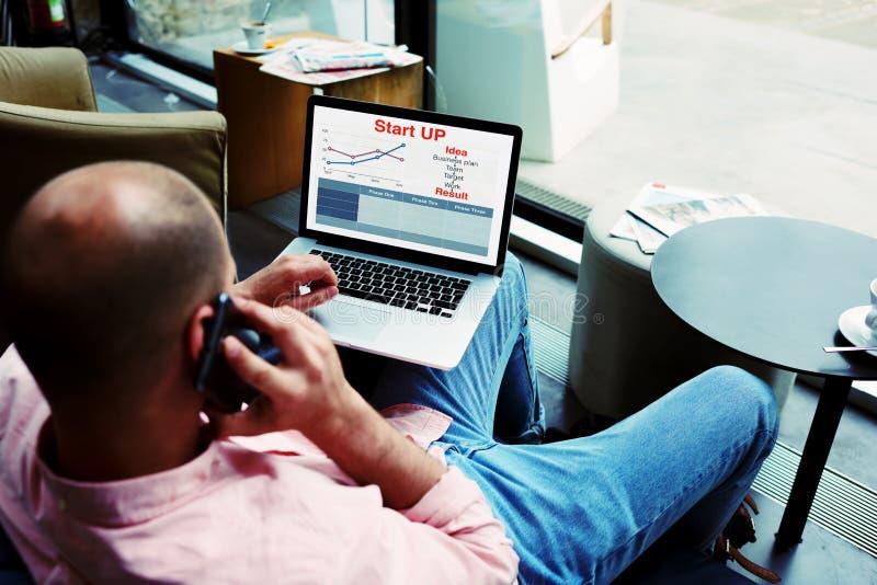 Lavoro occupato dell'imprenditore con i dati di statistiche che discutono prestazione via la chiamata di telefono cellulare fotografia stock