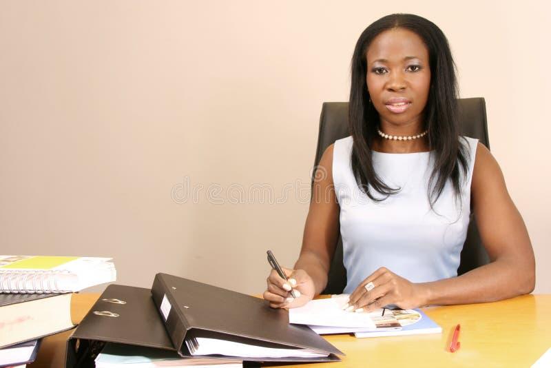 Lavoro professionale della donna di affari nell'ufficio fotografia stock libera da diritti