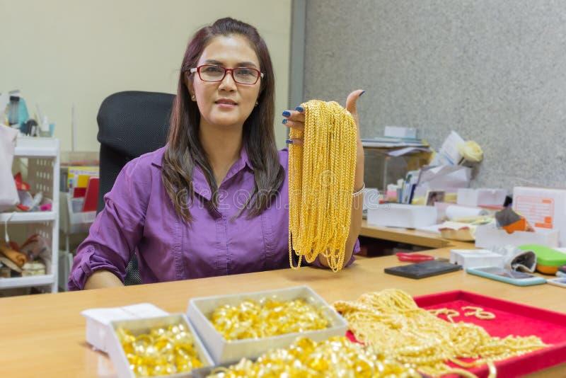 Lavoro sorridente della donna matura asiatica fotografia stock libera da diritti
