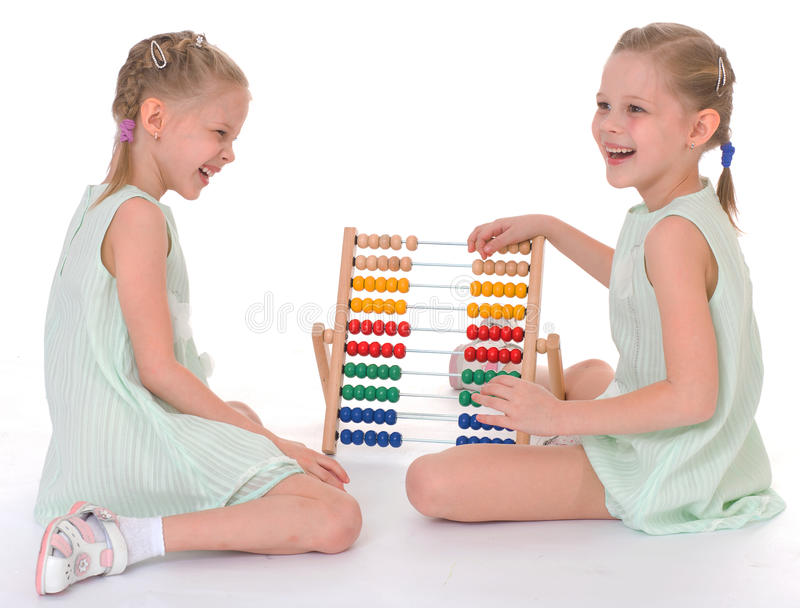Lavoro sveglio delle sorelle nell'ambiente di Montessori. fotografia stock