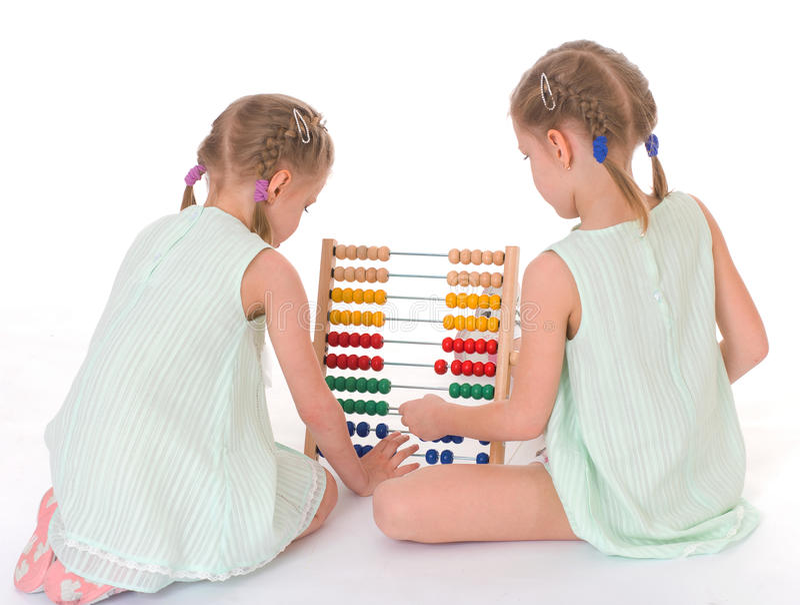 Lavoro sveglio delle sorelle nell'ambiente di Montessori. fotografie stock libere da diritti