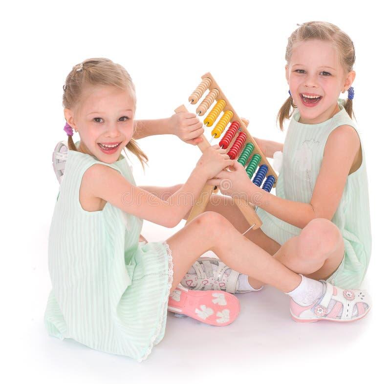 Lavoro sveglio delle sorelle nell'ambiente di Montessori. fotografie stock
