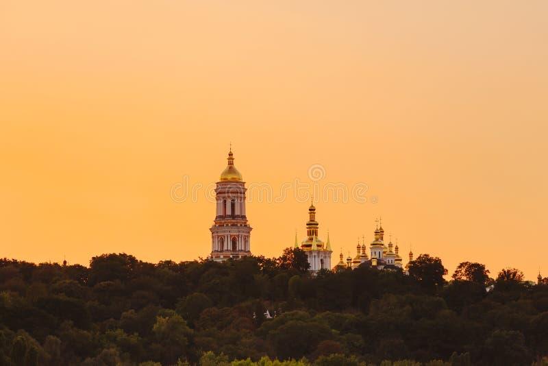Lavra de pechersk de Kyiv avec la coupole d'or au coucher du soleil images stock