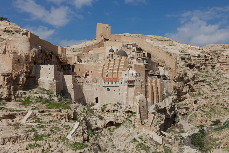 Lavra santamente de Saint Sabbas santificado, conhecido no árabe como o monastério de março Saba empoleirado nas rochas no Judean imagens de stock royalty free