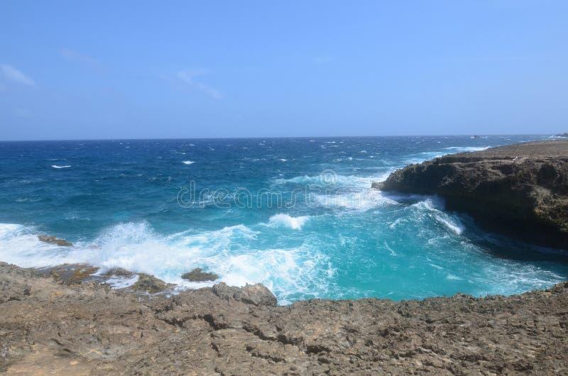 Law Rockowe falezy i Rozbijać ocean fala w Aruba fotografia royalty free